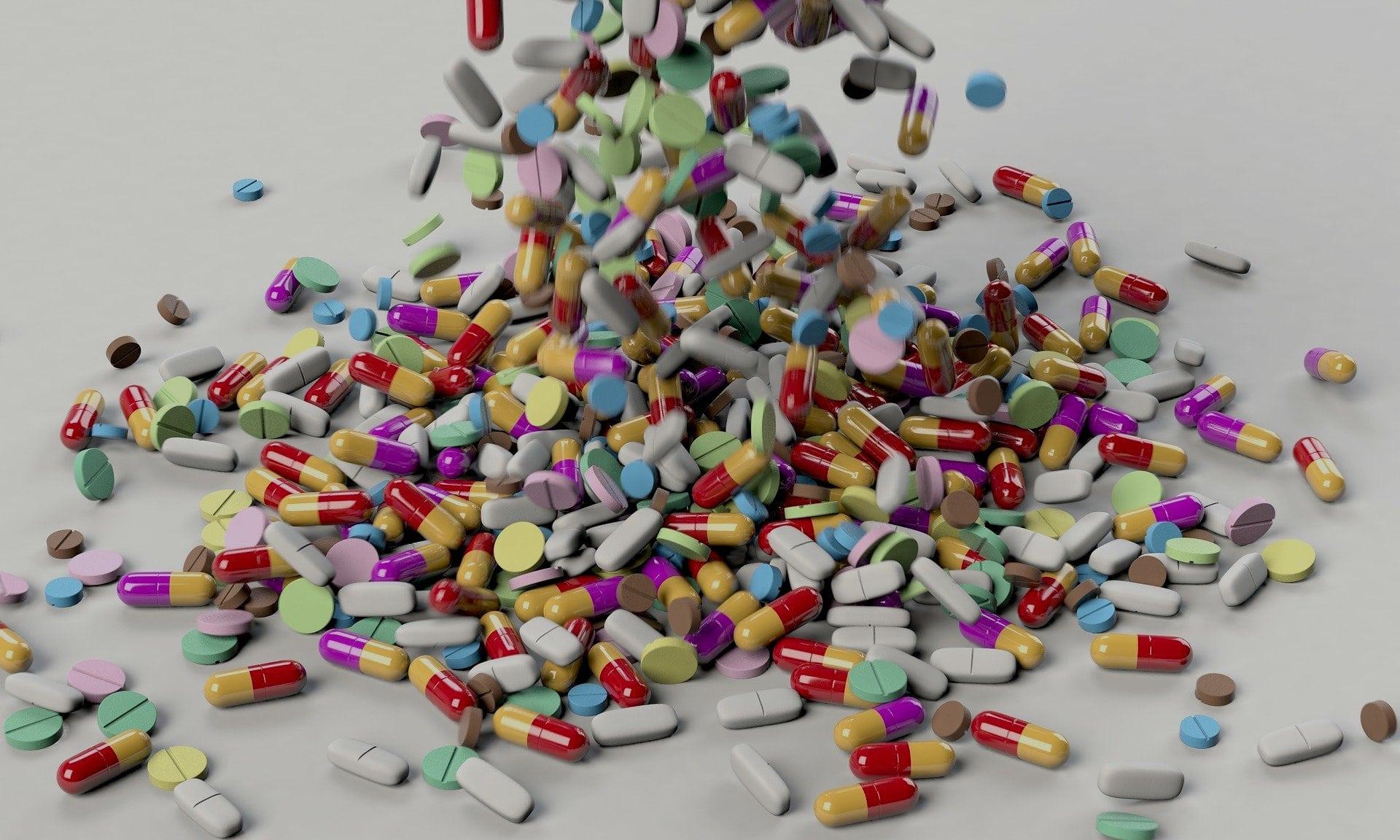 Medicijnen op een grote stapel
